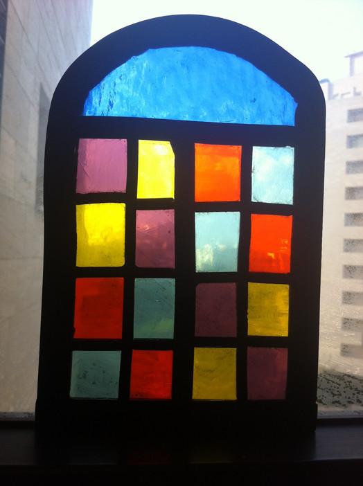 Vitrail aux carrés multicolores.