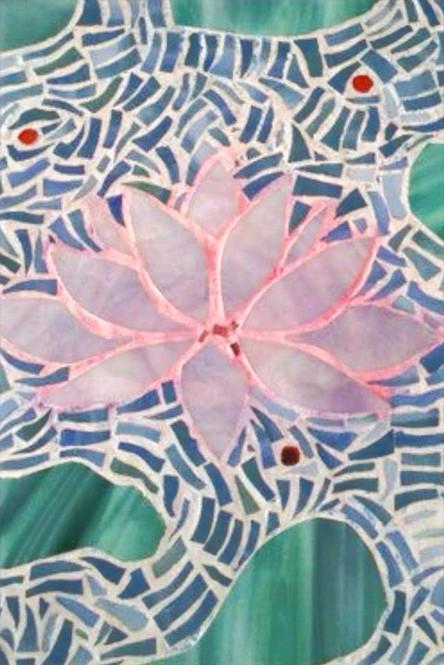 Mosaïque qui représente une fleur de lotus sur un lac