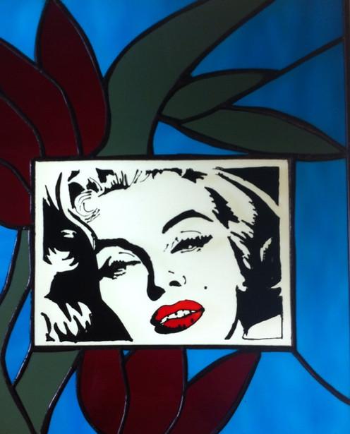 Tableau vitrail et peinture sur verre inspiration Maryline Monroe