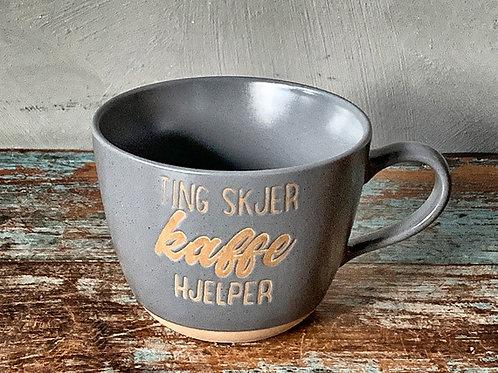 """Krus """"Ting skjer, kaffe hjelper"""""""