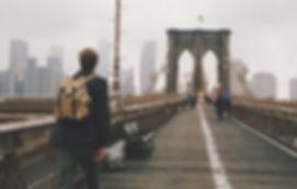 Imagen cruzando un puente
