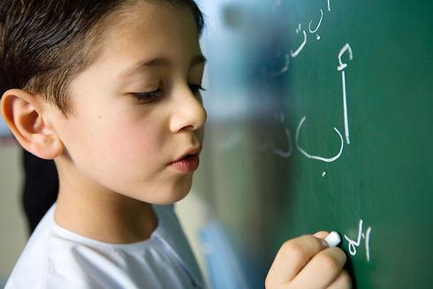 黒板に書く男の子
