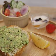 グルテンフリーのアボカドトーストと小さいサラダ Gluten free Avocad toast with salad