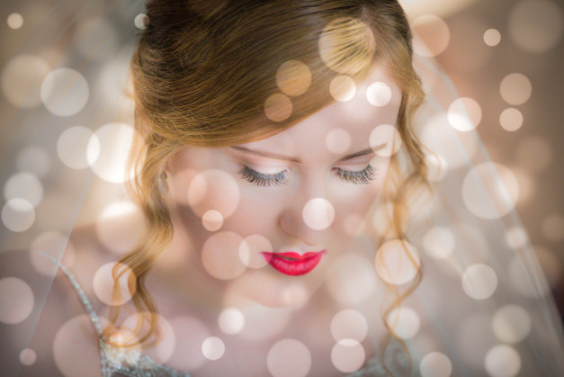 Bride with red lipstick and a vintage look.