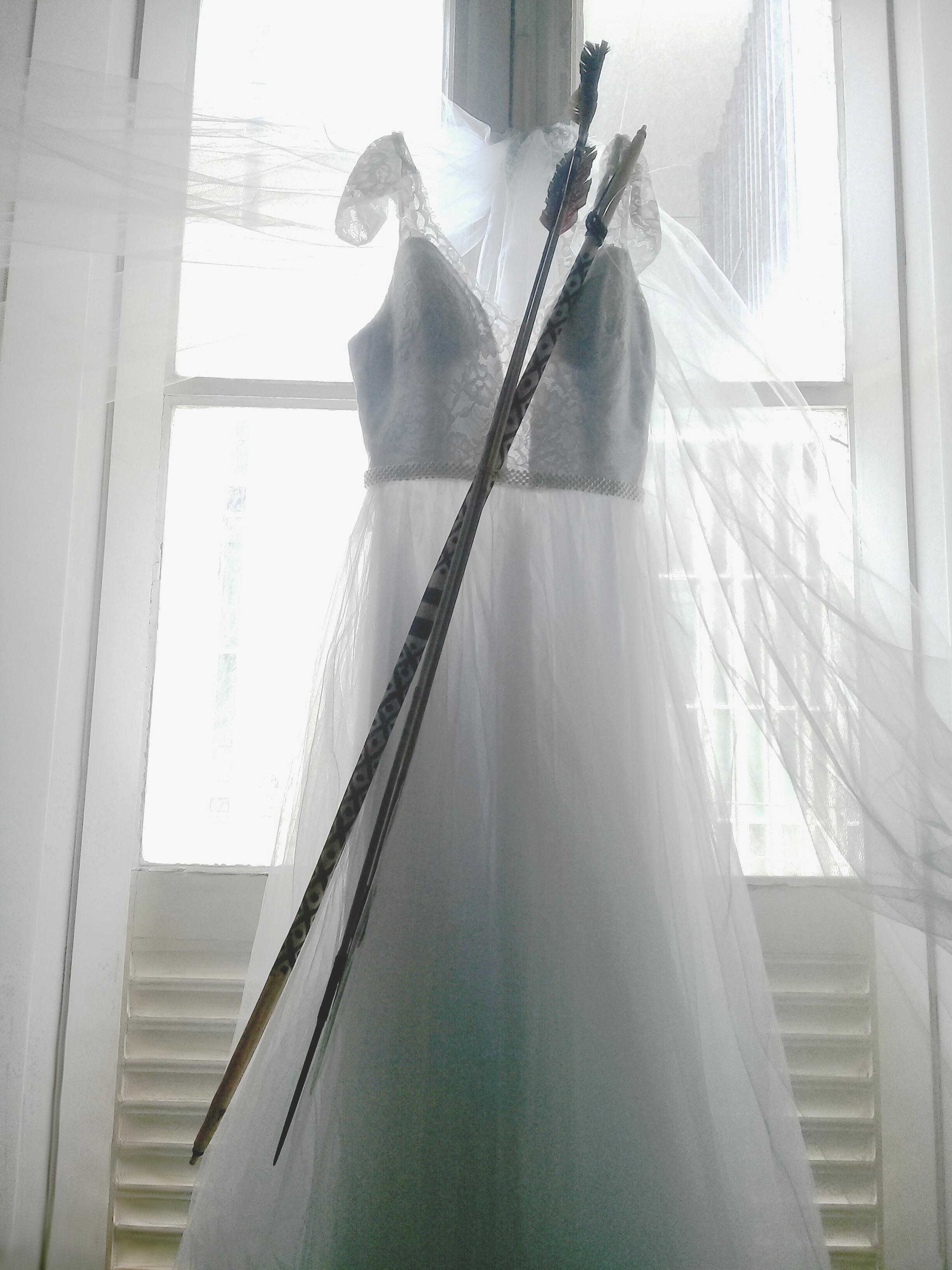 Vestido de noiva com arco e flecha