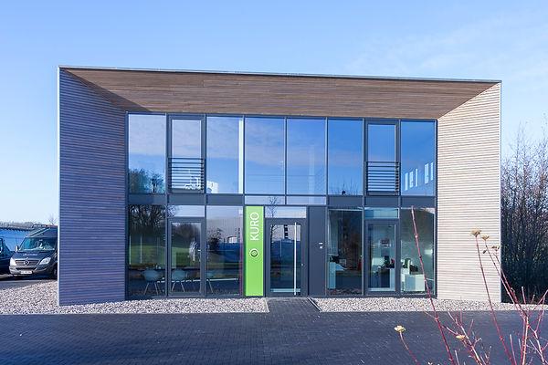 Gewerbebau in Holzbaweise, zweigeschossiger Bürobau mit Halle, Glasfassade,Holzfassade