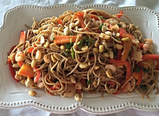 Tallarines Integrales con Verduras y Camarones con una Rica Salsa Thai