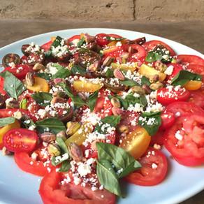 Ensalada de Tomates con Feta, Pistachos y Albahaca