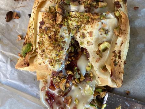 Camembert en Masa Filo con Frambuesas y Pistachos