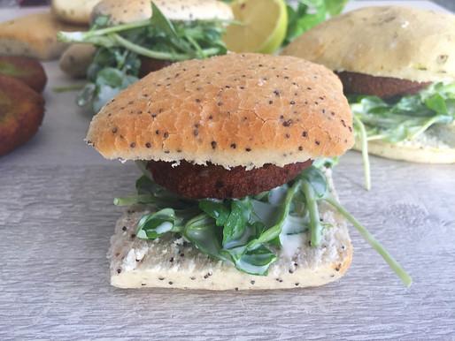 Deliciosos Sandwich de Falafel y Berros en Pan Mediterráneo