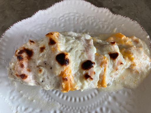 Pollo Relleno con Jamón y Queso Gratinado con Salsa Ranch