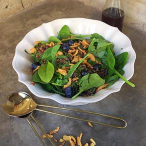 Ensalada de Quinoa Roja, Espinacas y Arándanos con Aliño de Sésamo