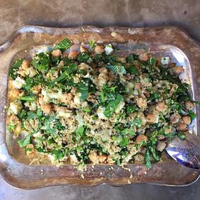Ensalada de Quinoa y Espinacas, Garbanzos y Queso Feta con Aliño de Tahini