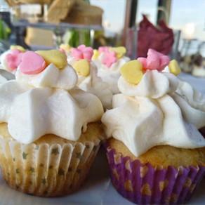 Mini Cupcakes de Chocolate Blanco con Frosting de Queso Crema y Chocolate Blanco