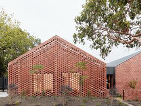 Casas de aluguel são abastecidas por energia solar e água da chuva