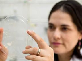Pesquisadores criam plástico de mandioca: transparente e resistente
