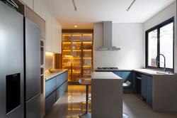 Cozinha colorida azul com ilha e ilumina