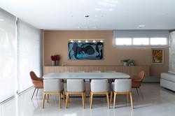 Sala de jantar moderna e clara