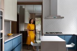 Cozinha colorida azul com ilha e cristal