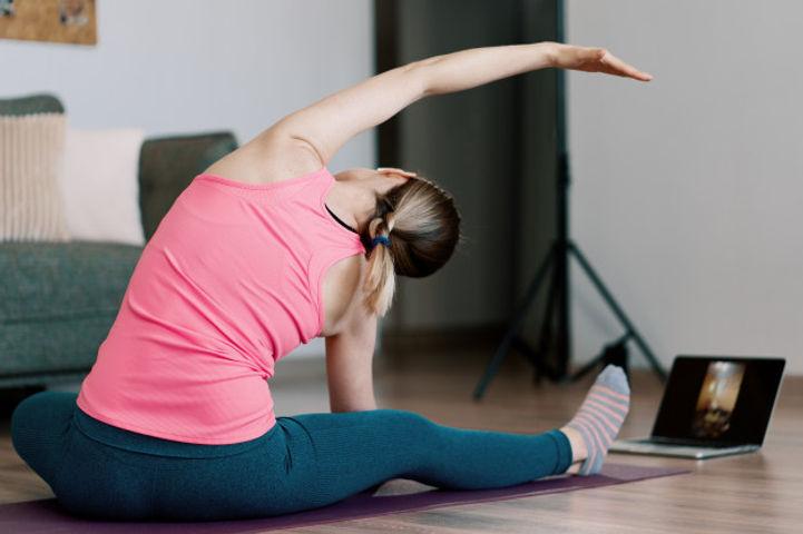 mulher-caucasiana-praticando-ioga-em-cas