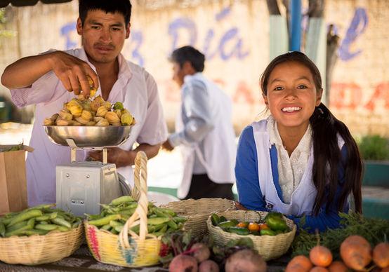 Productora andina con su queso, ONG Allpa Perú
