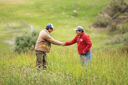 Dos productores en el campo