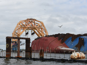 Photo Release: VB10,000 arrives at the Golden Ray Wreck Site