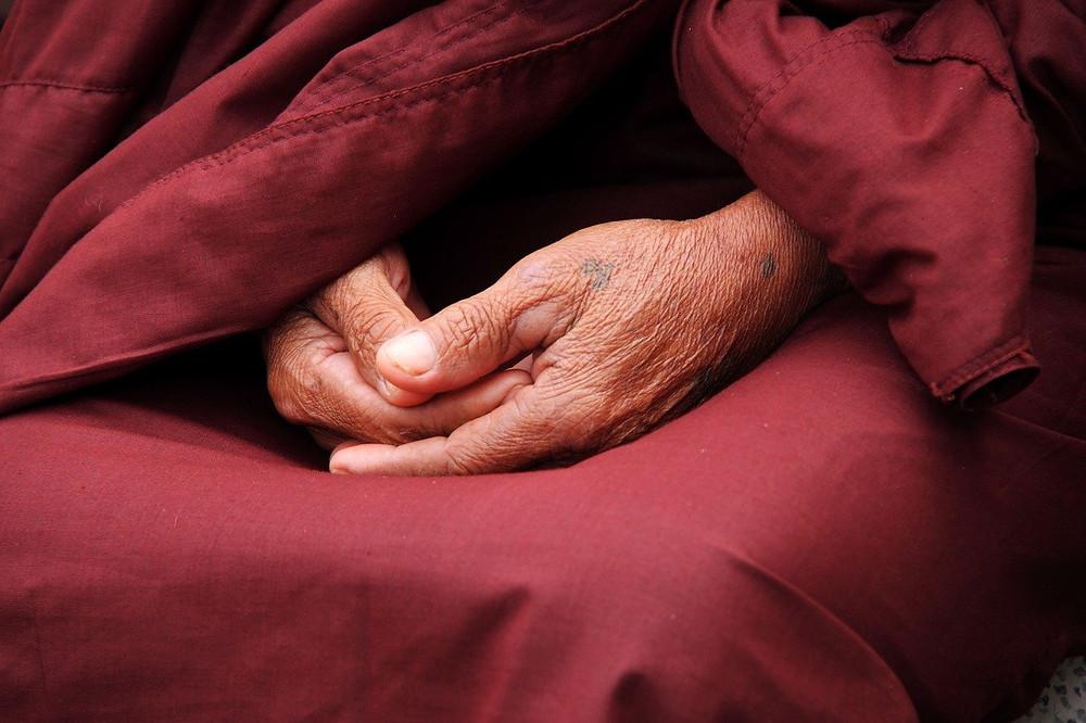Mani monaco unite per la meditazione