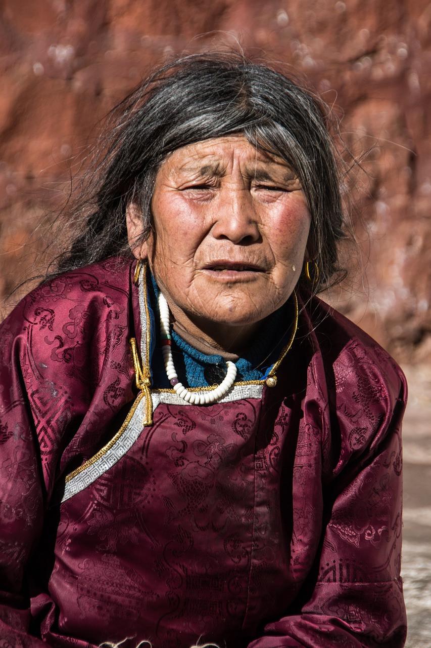 Donna tibetana vestiti caratteristici tibet