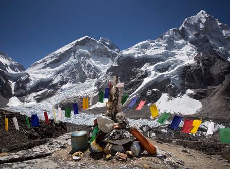 Everest - La spazzatura sta emergendo dai ghiacciai e i campi traboccano di pile di rifiuti.