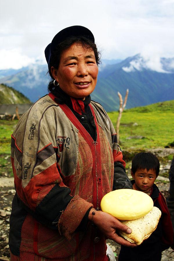 Donna Tibetana con formaggio di yak