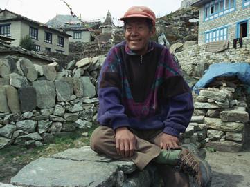 Il Nepal dice addio ad Ang Rita, il re dell'Everest: