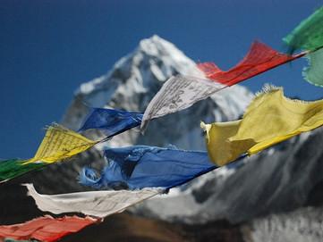 """Bandierine Tibetane: cosa sono, il loro significato e la storia delle """"Bandierine di Preghiera"""""""