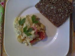 Lecker - veganes Rührei mit Tomaten!