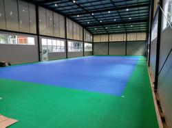 Montagem do piso modular tênis