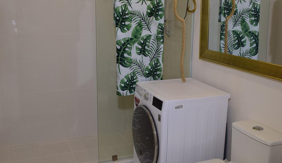 10 Acacia Place Toilet and Bath.JPG