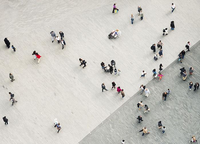 Personas  caminando en la calle vistas desde arriba