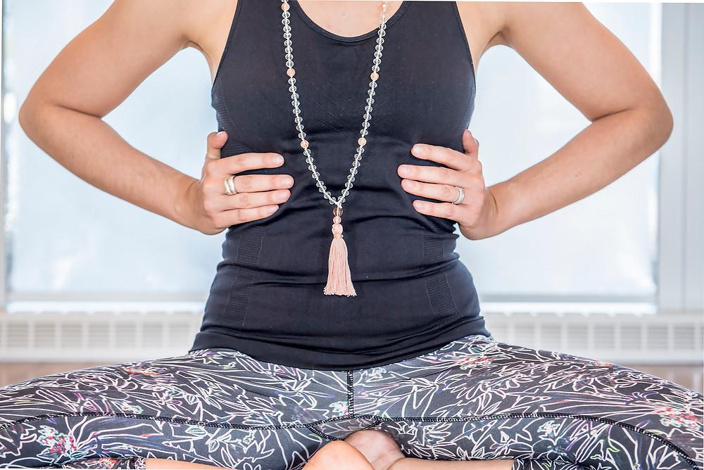 ressentez le mouvement de votre thorax lorsque vous inspirez (il s'étend latéralement) et lorsque vous expirez (il se rétrécie latéralement). 3 cycles