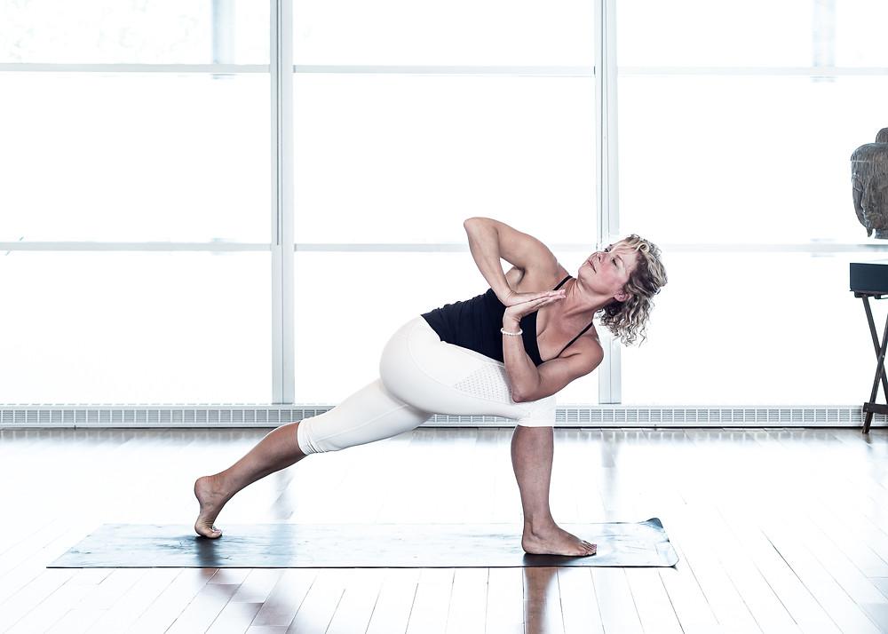 Pour entrer plus facilement dans cette posture, commencer avec le genou de la jambe arrière déposé au sol, entrer dans la torsion et ensuite allonger la jambe arrière. Pour optimiser l'équilibre, serrer l'intérieur des cuisses l'une vers l'autre.