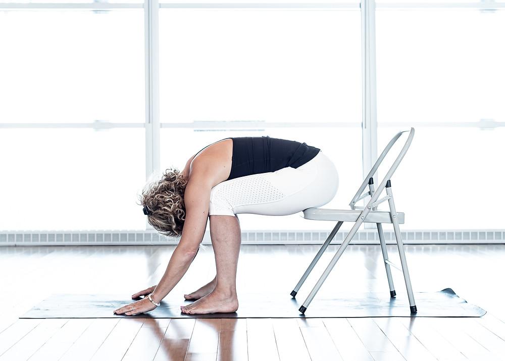 En assise sur le bout de la chaise, cette posture est accessible a tous car l'arriere de vos cuisse n'est pas implique.