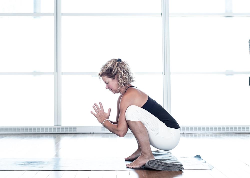 Posture ideale pour etirer le bas du dos de part sa forme. La gravite entraine le sacrum vers le bas. Dans la posture classique, les pieds sont parallele et les talons sont au sol ou supporte par un accessoire.