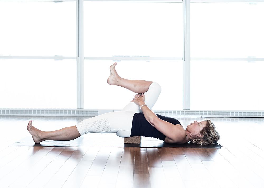 Version plus approfondie, demande plus de présence au sensation pour rester dans un espace confortable. Commencer par la jambe droite vers la poitrine, bien tendre l'autre jambe.