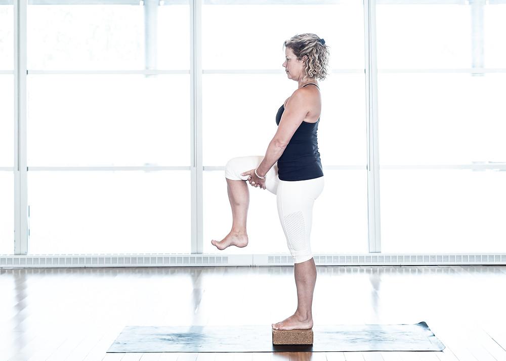 Commencer par pratiquer cette variation au sol sans bloc. Refaire ensuite sur le bloc. Portez attention à votre posture, surtout la jambe de support.
