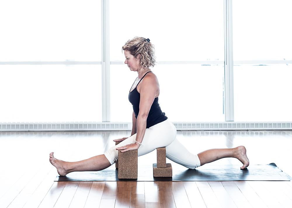 Une fois l'extension la position du bassin intégré ainsi que l'extension de la jambe arrière, utiliser le nombre de blocs nécessaires pour supporter votre bassin et vos mains.