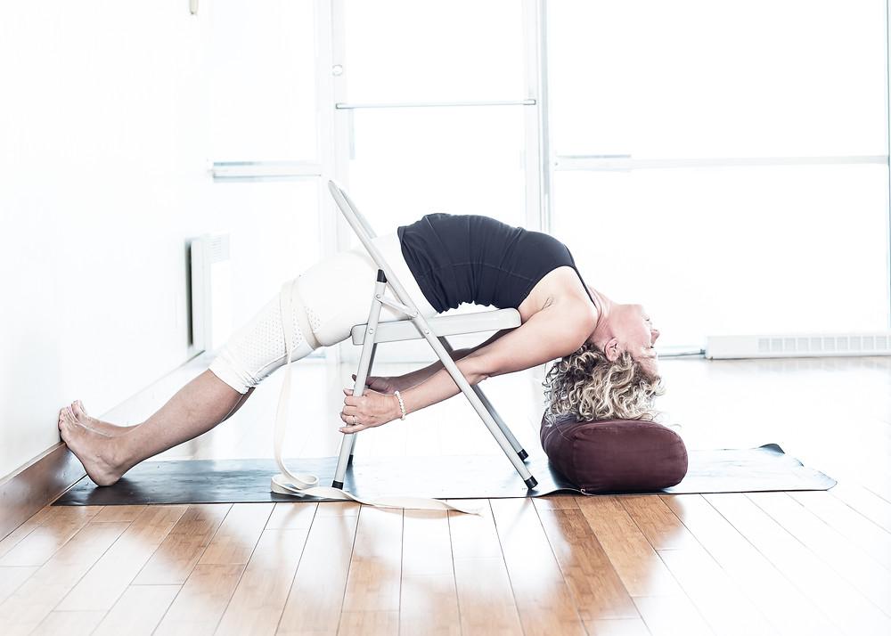 Commencer avec les jambes fléchies pour entrer dans la posture. Assurez-vous de bien pousser le haut des cuisses vers le sol. Cette variation met l'emphase sur l'ouverture de la poitrine. Nous recommandons qu'elle soit pratiqué sous supervision d'un professeur expérimenté.