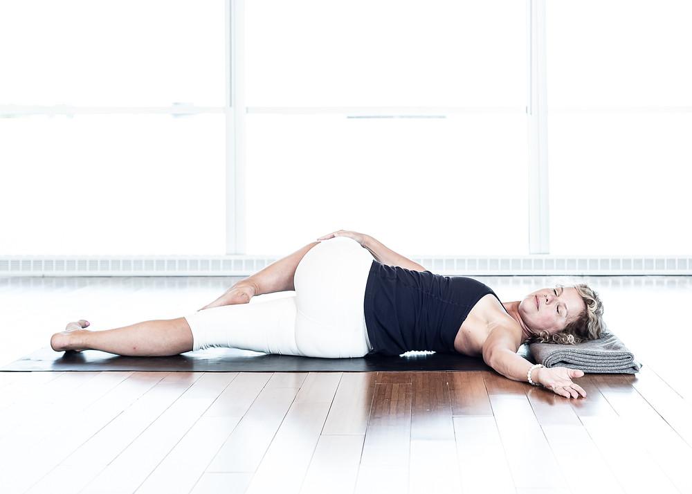 Cette torsion est accessible à tous. Commencer par la torsion du côté droit en soulevant le genou gauche vers la droite.
