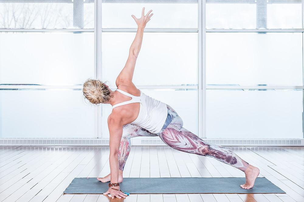Cette posture renforce vos jambe, masse les organes et améliore la flexibilité des muscles le long de votre colonne vertébrale et étire votre psoas..