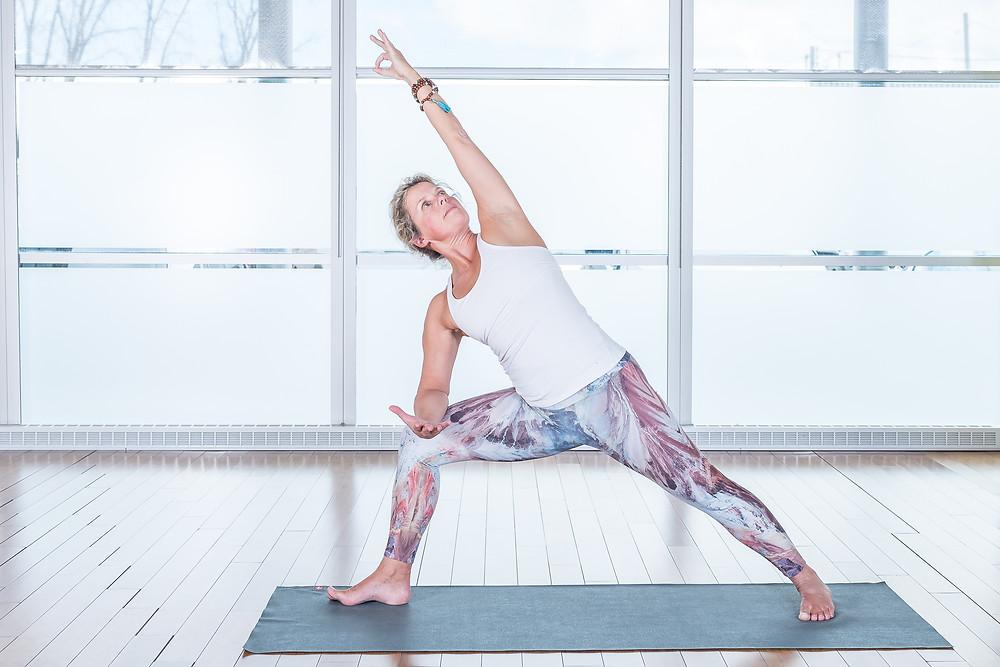 Cette posture aide à ouvrir les hanches, créer de l'espace latéralement dans votre tronc et vos épaules en plus de renforcer vos jambes