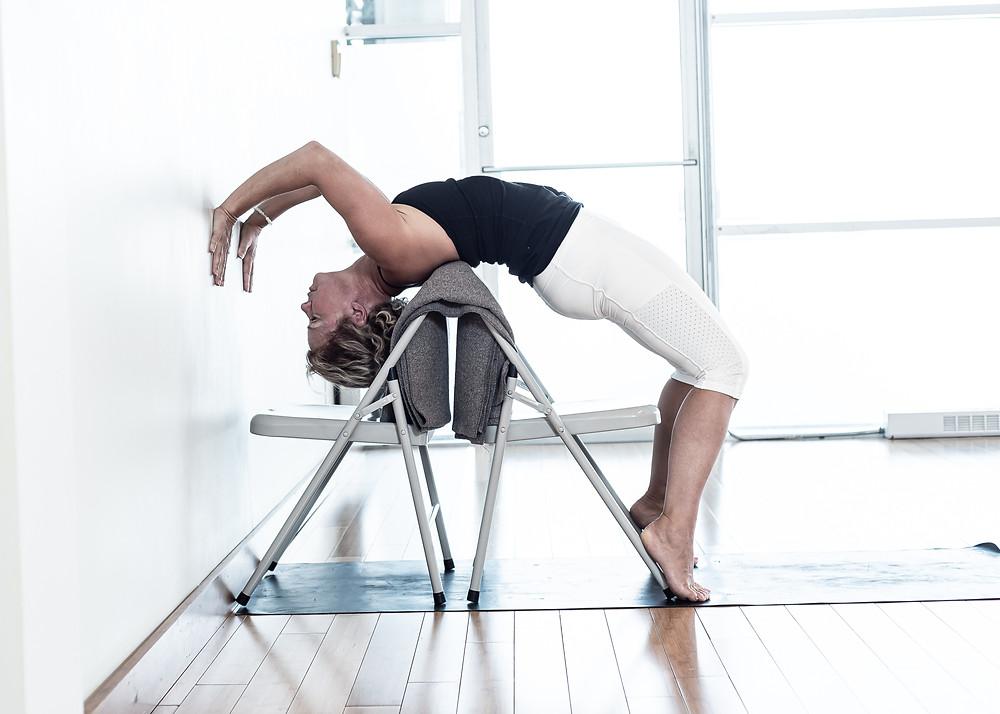 Une autre variation intéressante de la roue vous permet d'apprivoiser la profondeur de la posture tout en étant supporté par les accessoires.