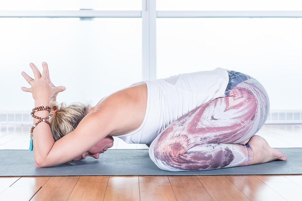 En plus d'ouvrir vos épaules et vos hanches, cette posture est idéal pour calmer l'esprit, relâcher la tension du bas du dos et prendre conscience de votre respiration.